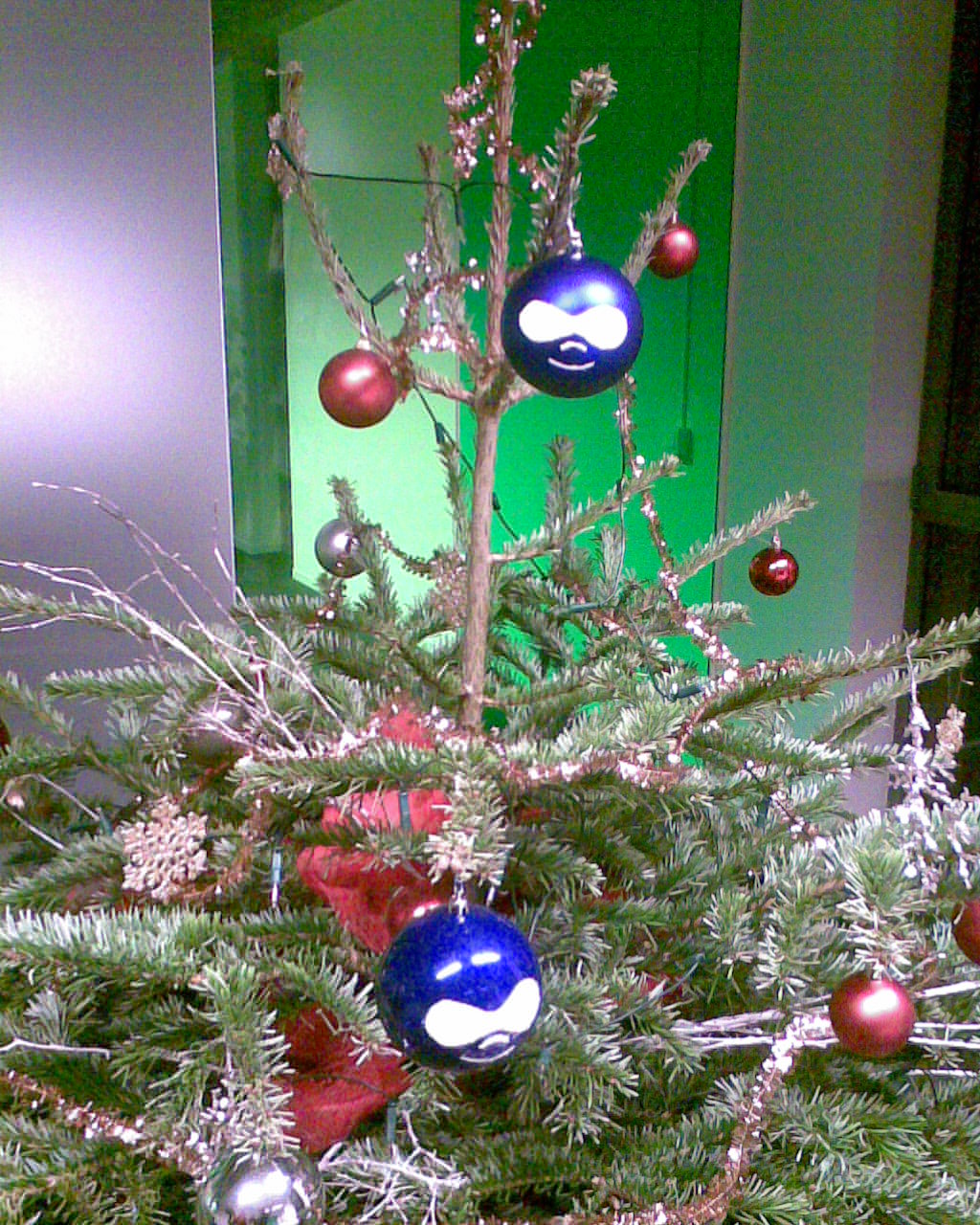 A global overview of the tree with two drupal christmas balls